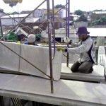 Proses pemasangan panel lantai di Benowo, Surabaya
