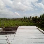 Proses pemasangan panel lantai di Karetan, Purwoharjo, Banyuwangi