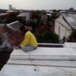 Proses pemasangan panel lantai di Medokan Semampir, Surabaya