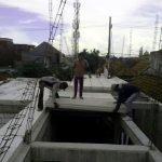 Proses pemasangan panel lantai di Juwingan, Kertajaya, Gubeng - Surabaya